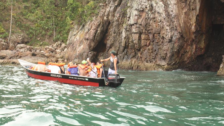Turistas na Toca da Velha, atrativo no roteiro da ilha das Couves