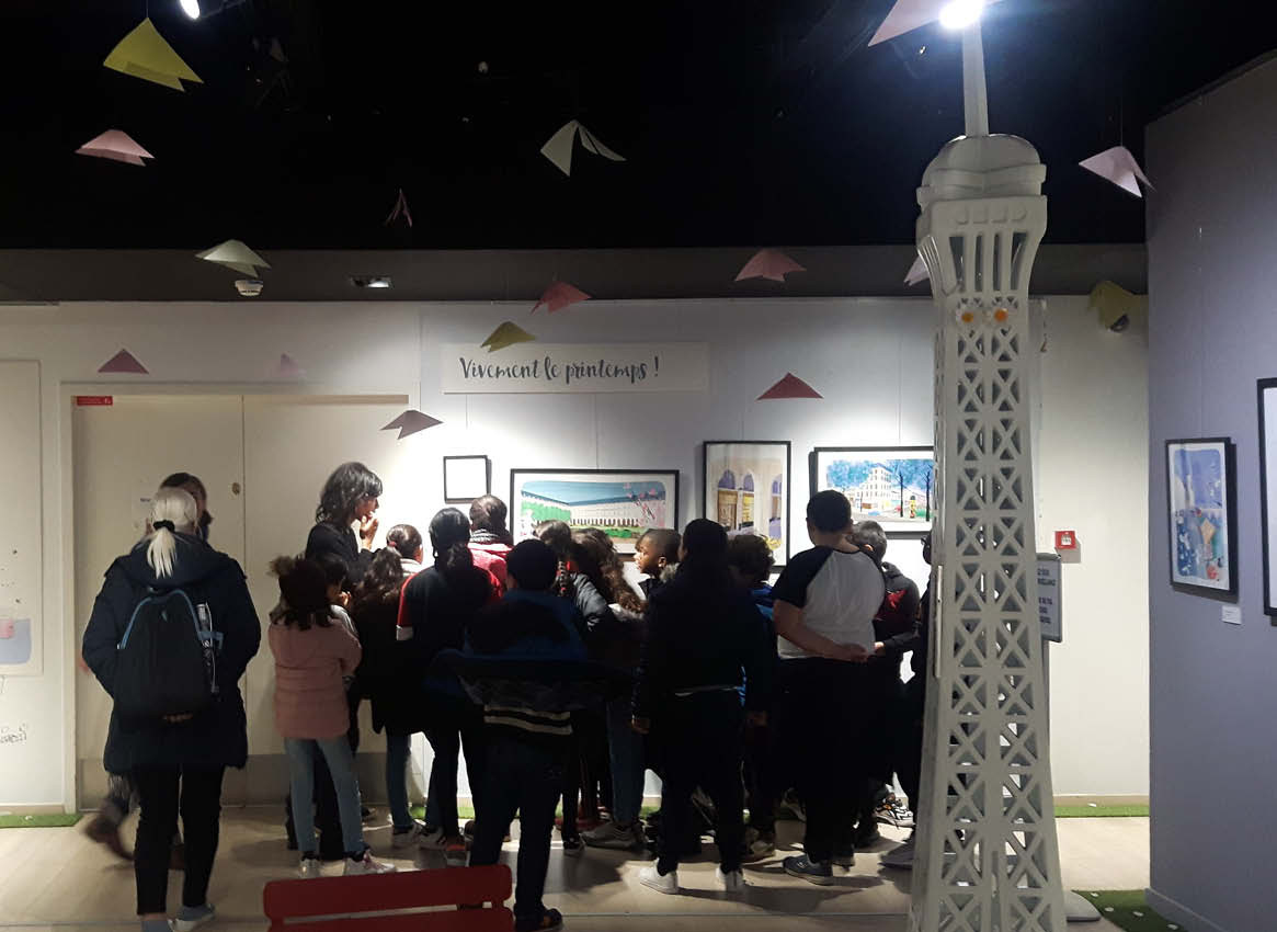 Une classe visite l'exposition.