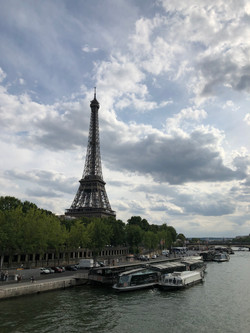 セーヌ川からみた美しいエッフェル塔