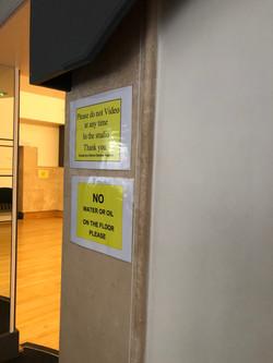 フロア内は動画撮影や水、オイルの使用禁止です