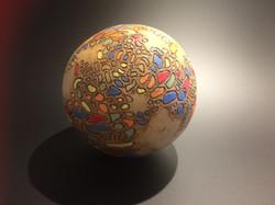 Sphère en céramique rousse sgraffitée