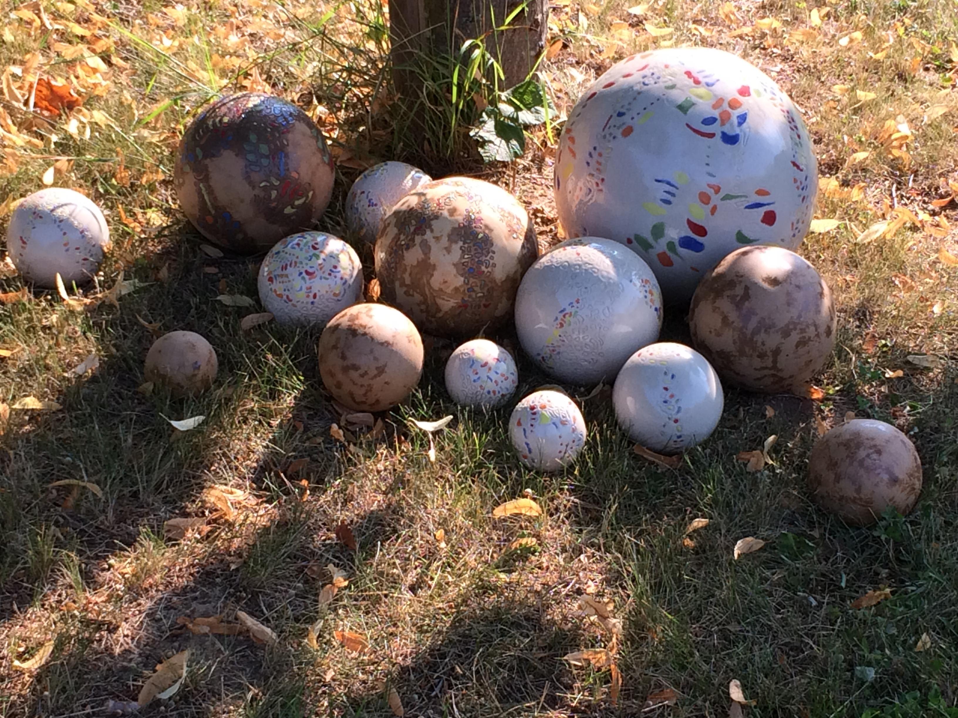 Sphères dans un jardin