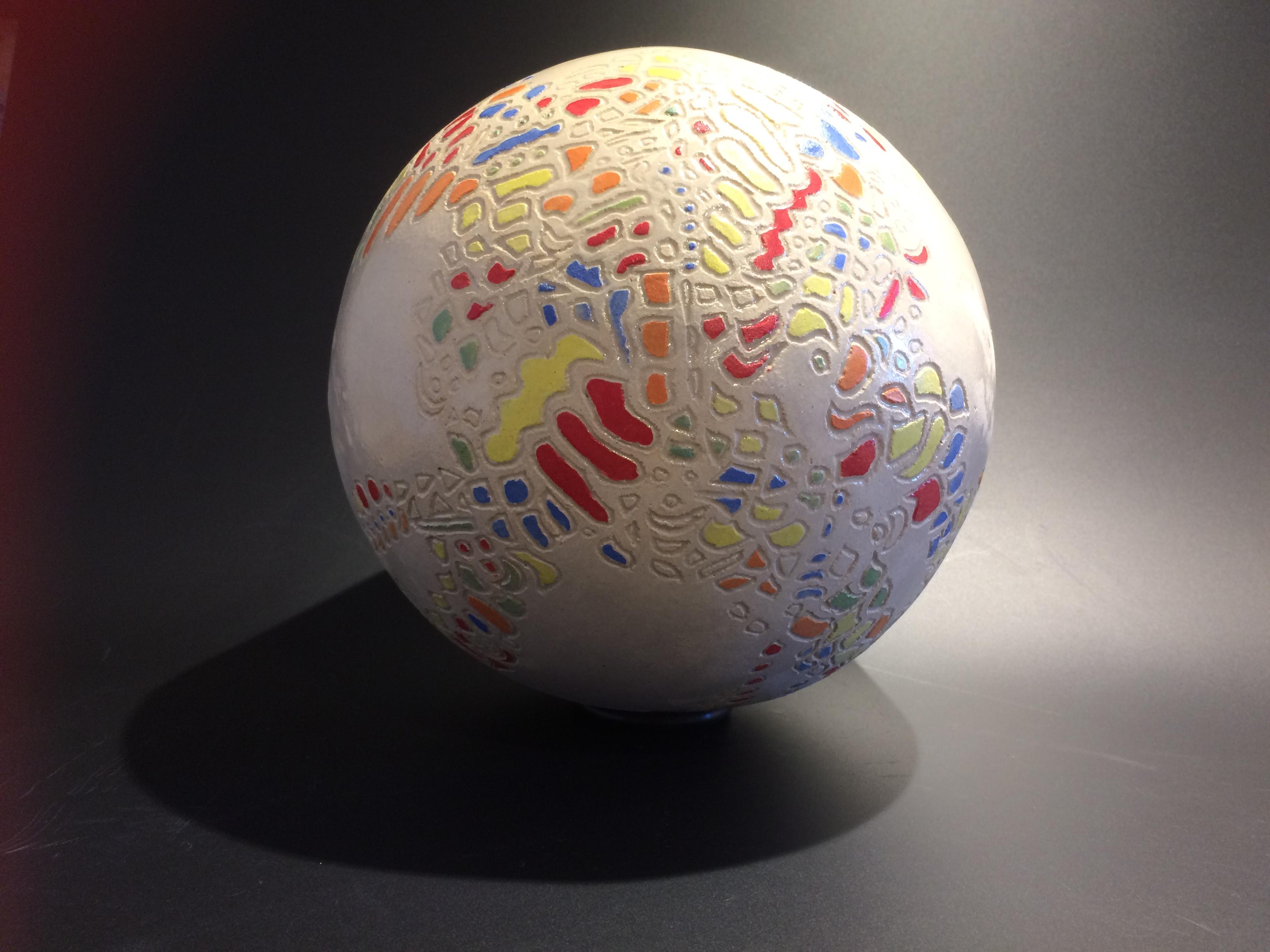 Sphère en céramique blanche sgraffitée