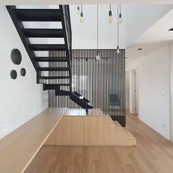 Escada e divisória ripada