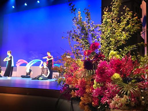 舞台を飾る花。