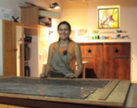 Artisante vitraliste dans son atelier