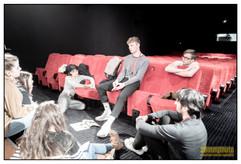 Les membres du jury jeunes délibèrent dans une salle du Rex