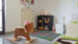 Spielecke mit Malsachen, Autoteppich, Bauklötze, Puppenbett, Kuscheltiere, Bücher, Spiele,