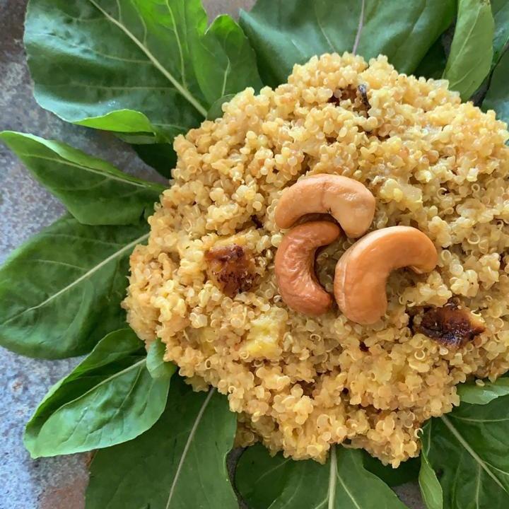 Salada morna de quinoa e banana grelhada ao molho Indiano
