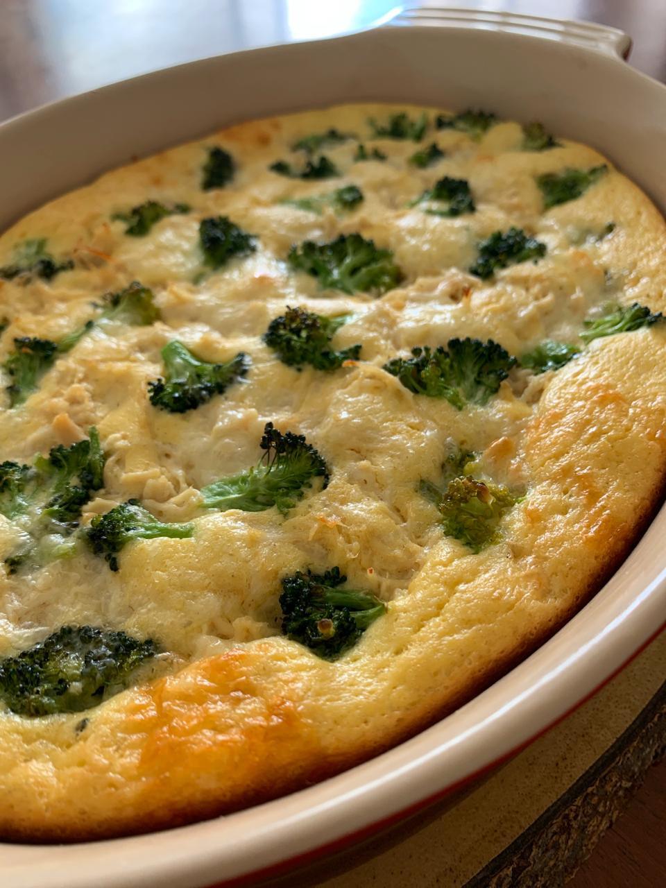 Torta lowcarb de frango, queijo e brócolis