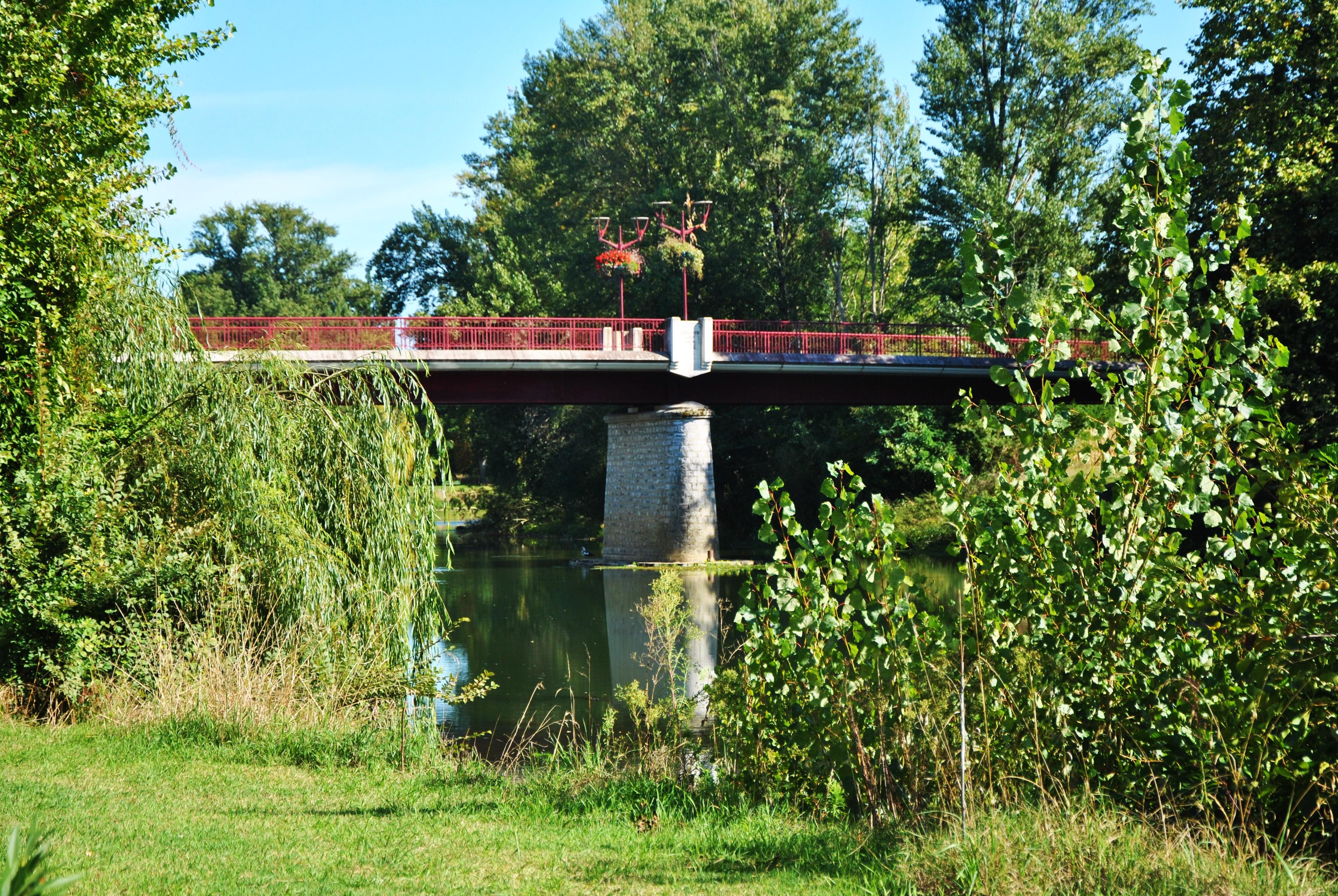 Pont rejoignant Larrivière St Savin