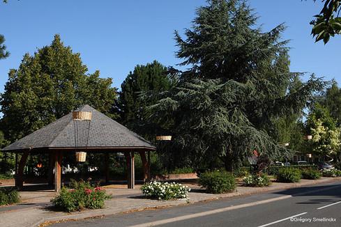 Kiosque sur la place du village