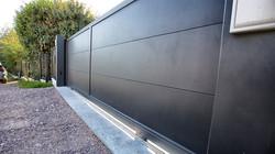 Portail aluminium lames larges