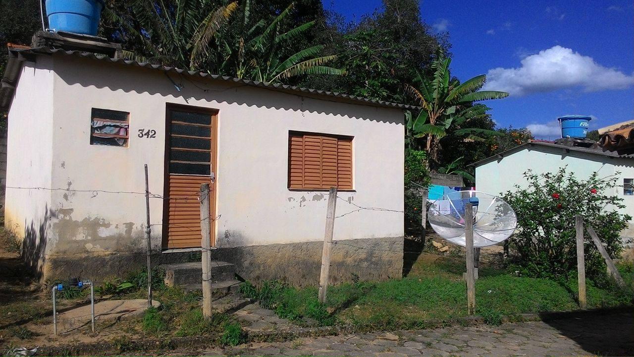 FRENTE DE UMA CASA SOCIAL