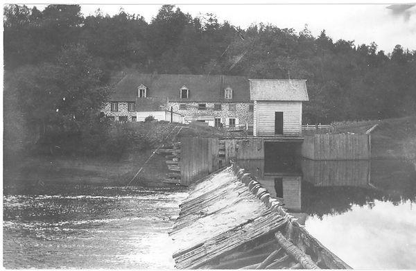 Le Moulin du Portage en opération avec le barrage et l'empellement vers 1925