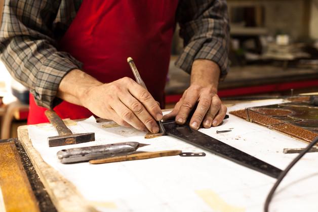 Vetratista Mauro Bruno nel suo atelier