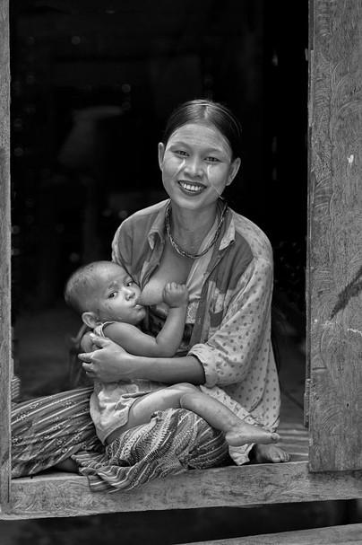 Birmane allaitant by Eugenio Abruzzese