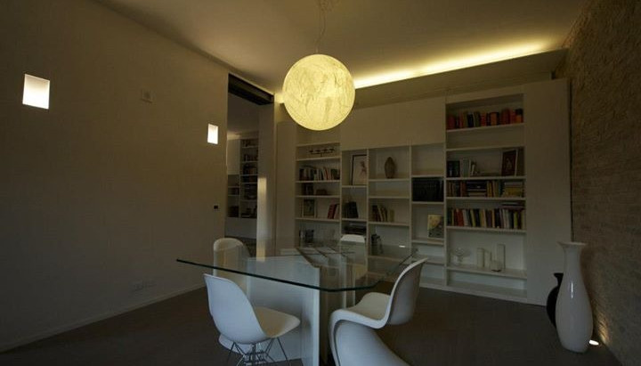 Libreria e tavolo