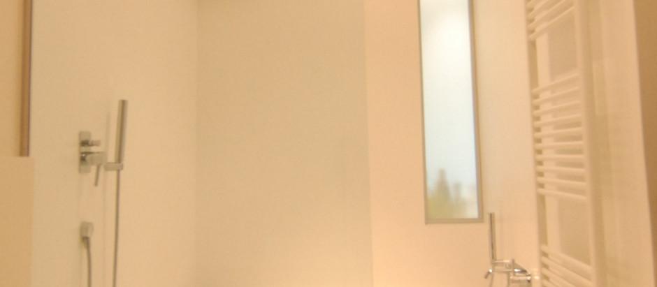 Realizzazione copertura vasca e doccia in Corian Glacer White e mobile sospeso