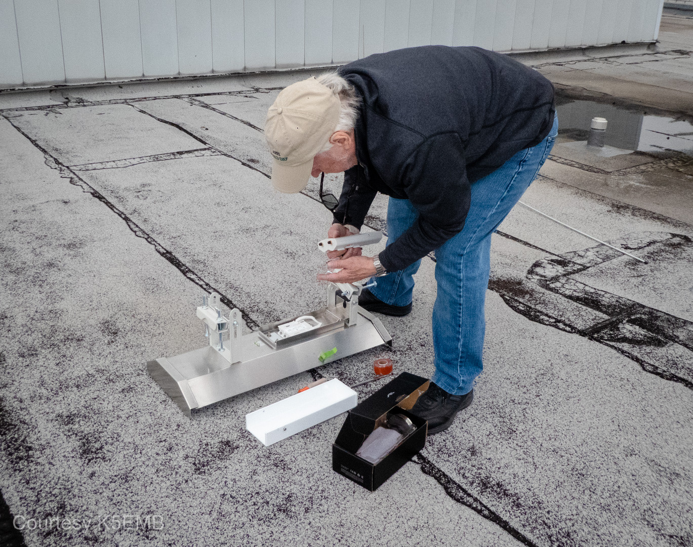 Mike, W5MDB, attaches the last rocket to the sector antenna.