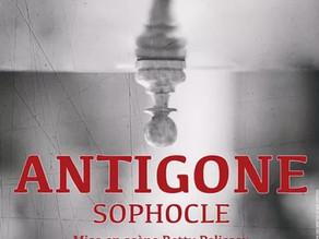 """""""Antigone"""" de Sophocle à la Croisée des Chemins"""