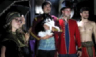 Uniformen, Kostüme und Requisiten in Szene gesetzt