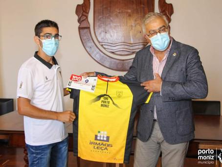 Jovem entrega camisola vencedora a Emanuel Câmara