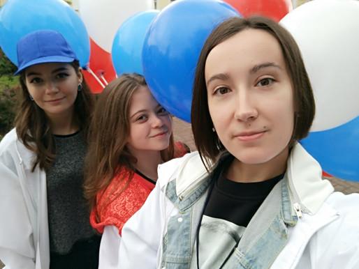 Наши волонтёры на праздновании Дня Флага