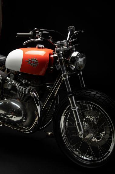 Cette moto est une création des ateliers Chatokhine. Nous avions réalisé un Tribute de la moto d'usine BSA pilotée par David Aldana dans les années 70 en 2917. Ces motos sont une déclinaisons de celle-ci mais street legal. Fabriquée de toutes pièces avec un moteur BSA 650 transformé en 750 monté dans un cadre Trackmaster réalisé par Co-Built en Angleterre. Toutes les pièces ont été usinées à l'atelier. Il existe deux de ces motos fabriquées pour deux clients.   Photos: @dimitricoste