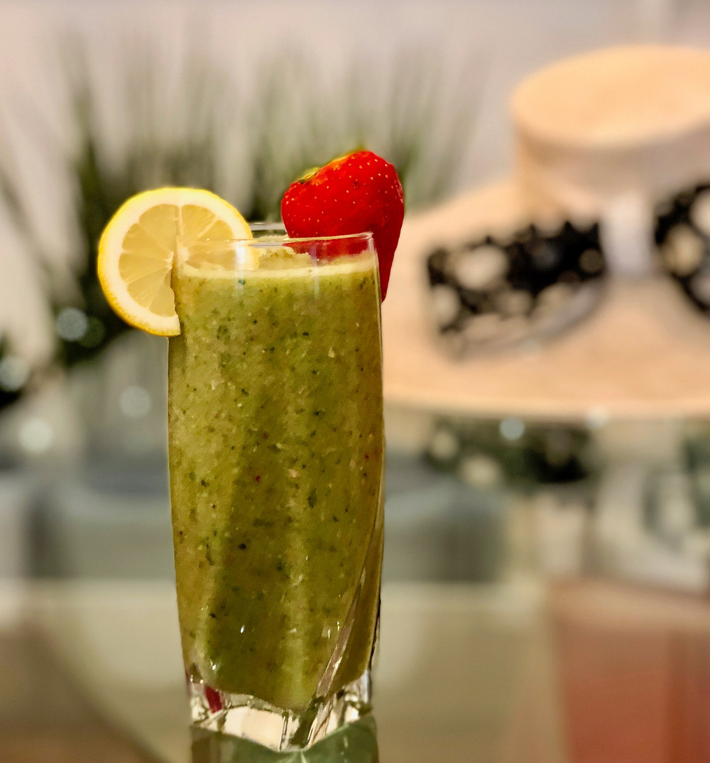green smoothie with strawberry adn lemon
