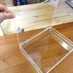 Прозрачный ящик с замком