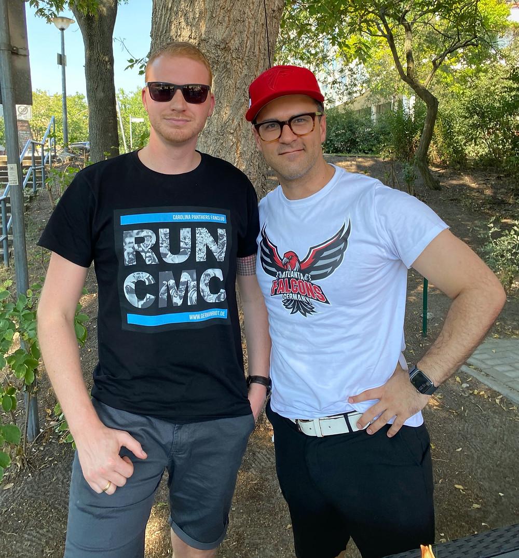 Zwei Jungs mit Atlanta Falcons Shirt zusammen vor einem Baum und im Gespräch