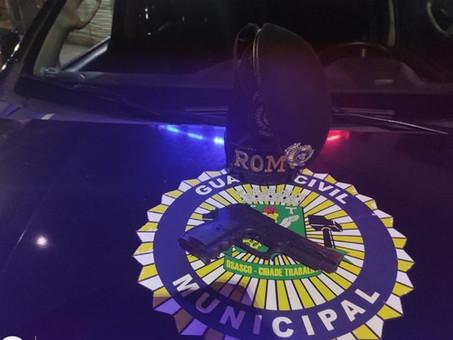 GCM prende um e recupera carro roubado