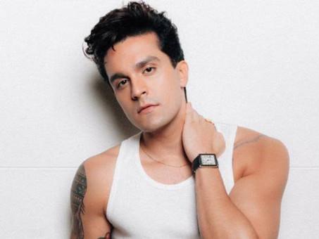 "Luan Santana brinda ""MORENA"" como hit número 1 nas rádios"