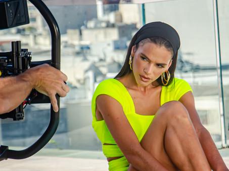 Bruna Marquezine brilha em Campanha de verão 2022
