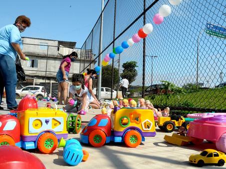 Semasa entrega centenas de brinquedos para crianças da comunidade Sacadura Cabral