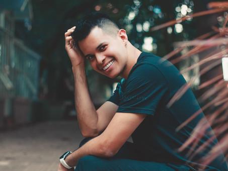 Ex-produtor de funk, Rômulo Lopes se torna especialista em mega hair e vira tendência em reality