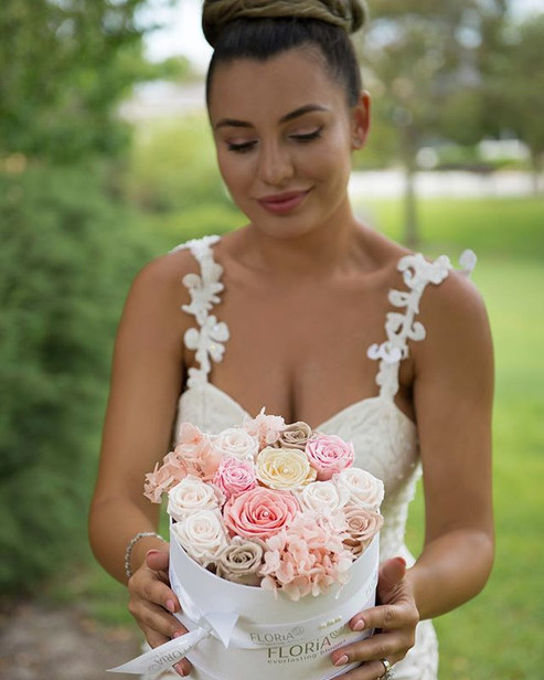 Stunning bride, stunning flowers!__mara_pomana __floria_everlasting_blooms