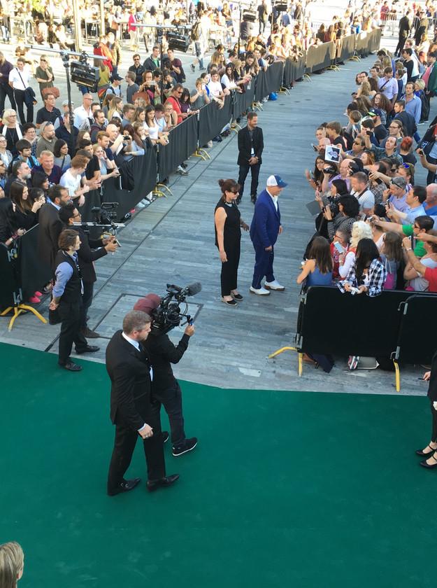 Woody Harrelson begrüsst die wartenden Fans