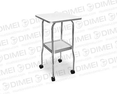 Mesa de 2 charolas, 1 repisa superior de madera reforzada para aparatos y 1 inferior con orilla de aluminio, estructura de metal cromada y llantas para su movilidad; fabricada con triplay de pino chileno importado