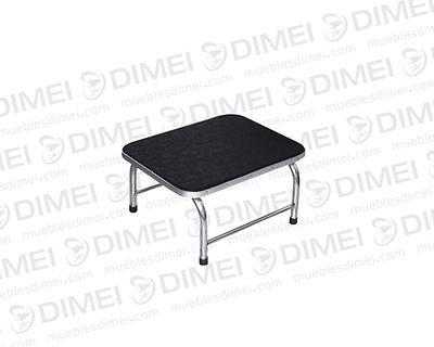 Escalón para cama con base de madera, estructura metálica cromada y superficie con plastico antiderrapante.