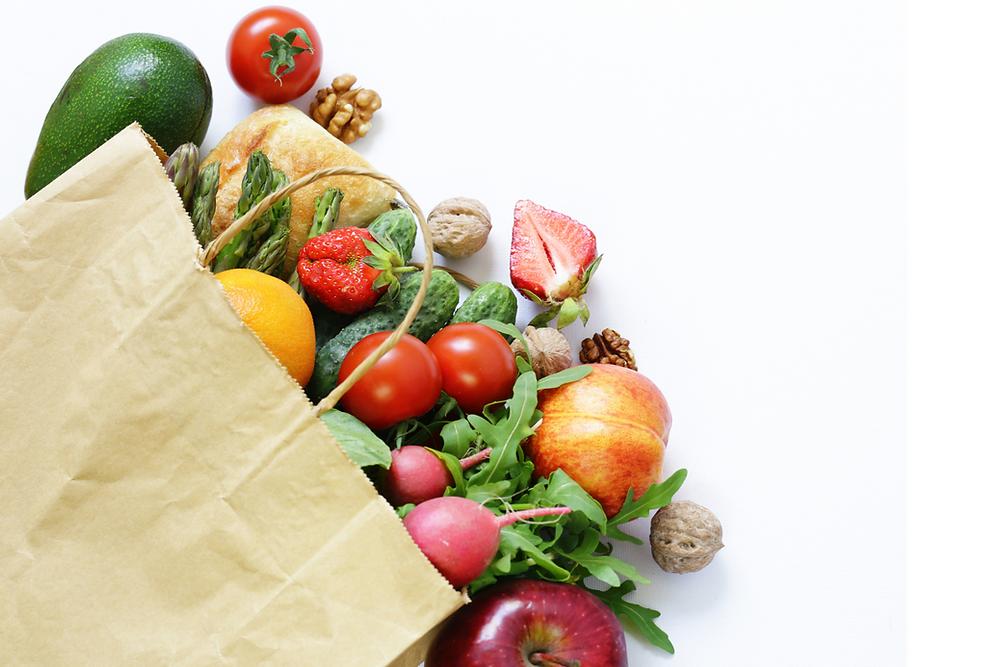 Sac en papier contenant des fruits et légumes
