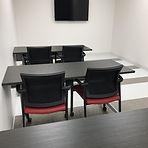 Salle Louise-Tremblay avec chaises et tables