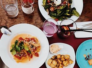 Assiettes et verres sur une table