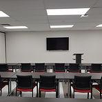 Salle Raymond Bouchard, avec chaises et table