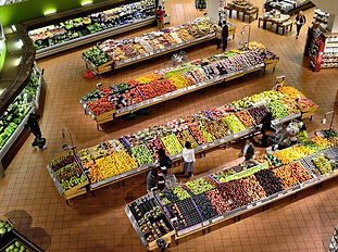 Section fruits et légumes d'une épicerie