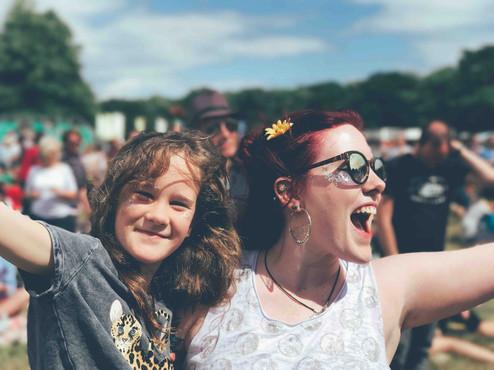 Mère et fille dans un festival