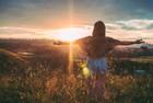 Femme regarde un coucher de soleil