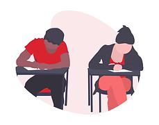 Deux personnes assises à leur bureau, écrivant sur une feuille