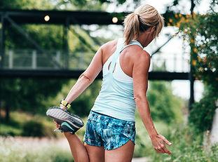 Femme en habits de sport fait des étirements